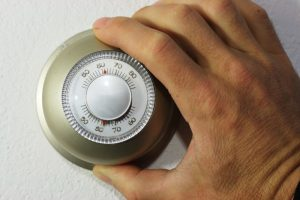 hand-setting-manual-thermostat